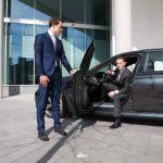 eigen-chauffeur-studentenchauffeur-student-met-auto-deur-openen